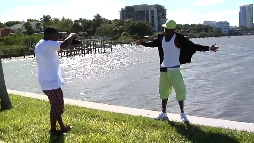 Florida rapper _Presto Flo_ falls off of seawall during photo shoot..mp4_000023390